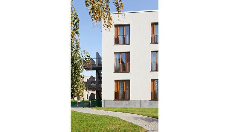 Der Neubau Wird Parallel Zu Dem Verbleibenden Bestandsgebäude In Parkanlage  Entwickelt .